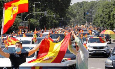 Españoles manifiestan en contra del gobierno de Pedro Sánchez