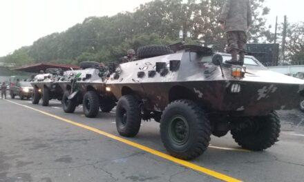 Vehículos blindados del ejército circulan en carretera