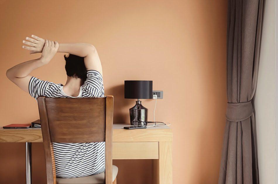 Home Office 2021: Continuar trabajando desde casa puede afectar tu espalda, aquí te decimos cómo cuidarla