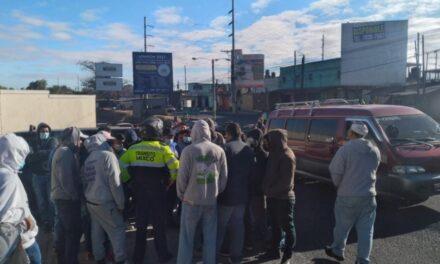 Taxistas manifiestan en la Calzada Roosevelt