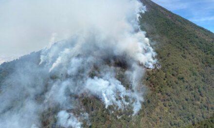 Continúan trabajos para sofocar incendio en volcán Atitlán