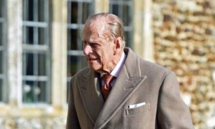 El príncipe Felipe regresa al castillo de Windsor tras estar internado en el hospital por un mes