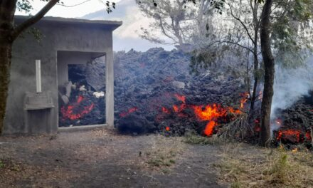 Flujo de lava del volcán de Pacaya afecta una vivienda