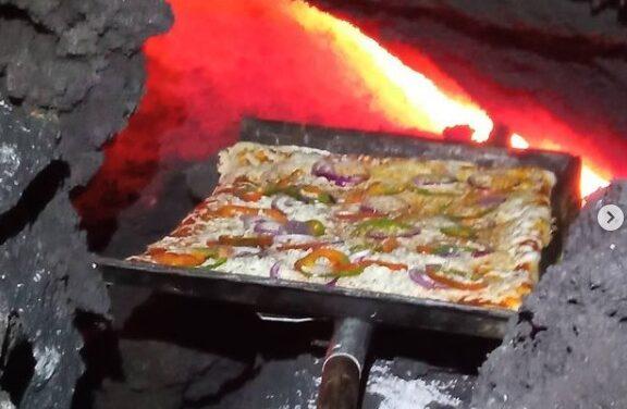 Guatemalteco cocina pizza en el volcán Pacaya