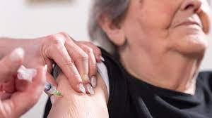 Muertes en mayores de 70 años han disminuido en un 47% tras la aplicación de la vacuna contra COVID-19